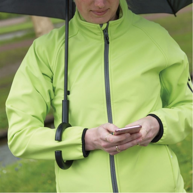 Paraplu houdt u droog tijdens het SMS-en!