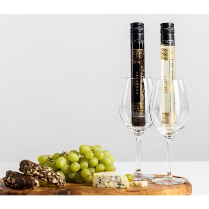 Wijn en chocoladetruffels in glazen tube