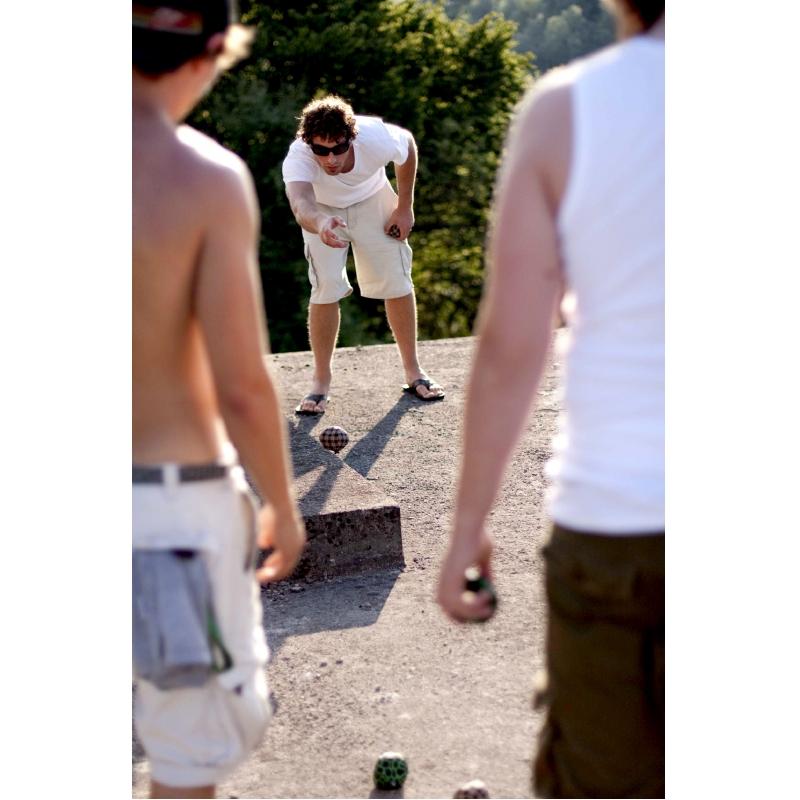 Speel jeu de boules op straat